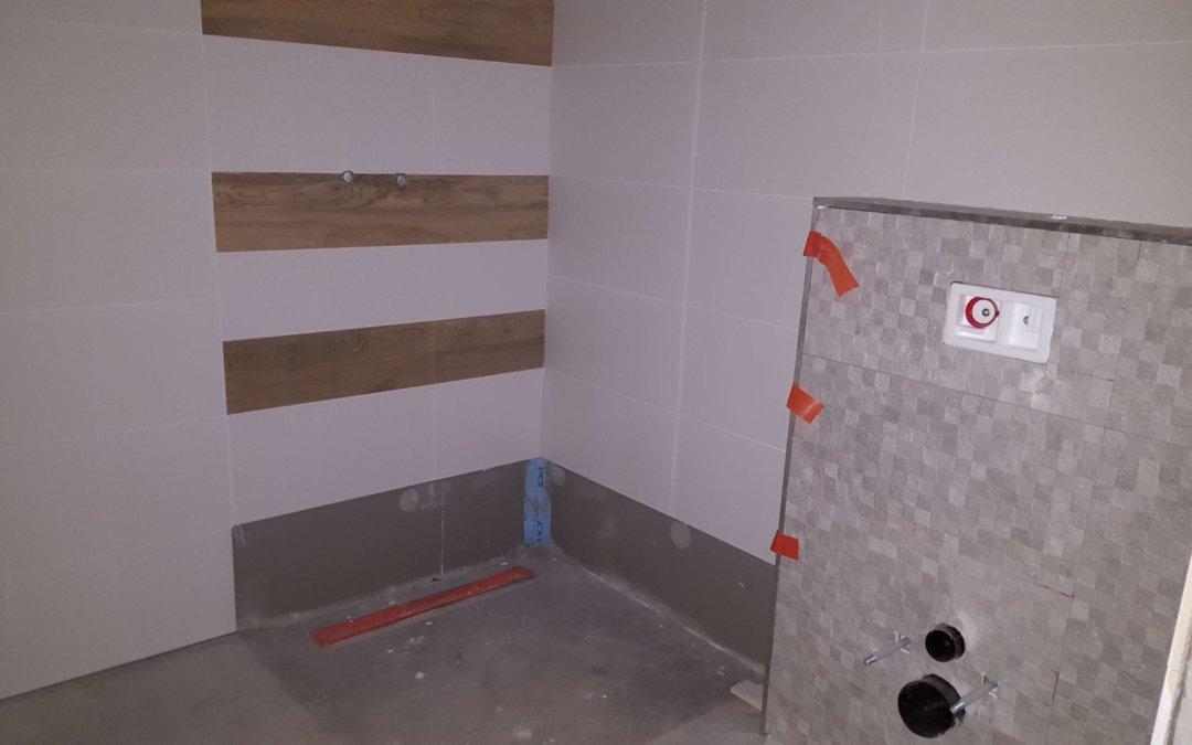 Płytki w łazienkach i na korytarzach :)